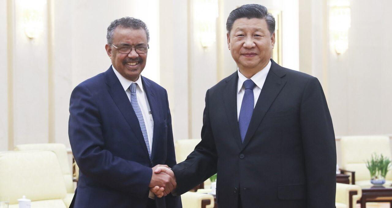 La Organizacion Mundial de la Salud (OMS) ha sido muy criticado por su sumisión al régimen chino. En la foto El Dr. Tedros Adhamon, director general de la OMS (izq) y el líder chino Xi Jinping.