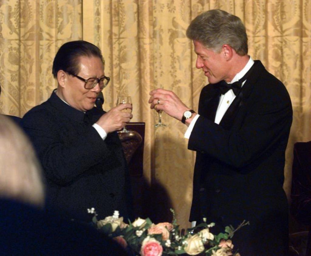 El exdictador chino Jiang Zemin brindando con el entonces presidente estadounidense Bill Clinton. (Imagen de archivo)