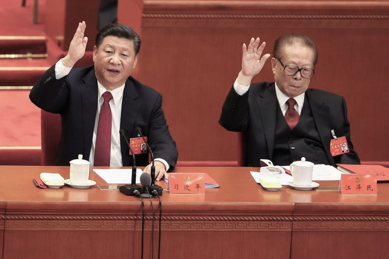El actual líder del Partido Comunista Chino, Xi Jinping, y el exdictador chino Jiang Zemin. (Imagen de archivo)