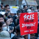 """El primer joven arrestado en Hong Kong bajo la nueva ley impuesta por el régimen chino es acusado de """"terrorismo"""""""