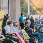 'Prefiero morir de Covid que de soledad': Abuelos en hogar de ancianos de EE. UU. reclaman por la prohibición de recibir visitas