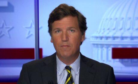 """Tucker Carlson: """"Una mentira tan escandalosa"""" decir que hay una pandemia de los no vacunados"""