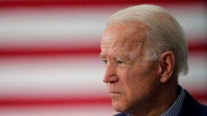 PERDIDO Y DESORIENTADO: Biden termina un discurso y NO SABE DÓNDE ESTÁ