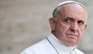 """El Papa destituye a un cardenal conservador africano, quien advirtió sobre la """"invasión del Islam"""""""