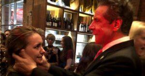 """""""¿Puedo besarte?"""": la foto que demuestra el acoso del gobernador demócrata Andrew Cuomo a las mujeres de su entorno"""