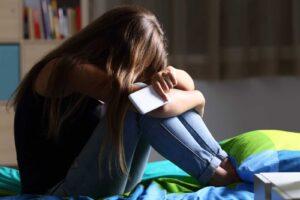 Hubo 5 veces más muertes por suicidios infantiles que por COVID-19 en los jóvenes británicos durante el encierro, revela estudio