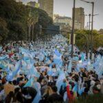 «Defendamos la República»: Manifestantes protestan contra las nuevas restricciones en Argentina