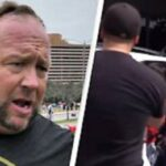 Alex Jones intercepta un auto que transportaba ilegalmente a niños migrantes [VIDEO]