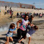 Alarmante descubrimiento:  20 migrantes en la base de un camión de remolque en EE. UU. [FOTOS]
