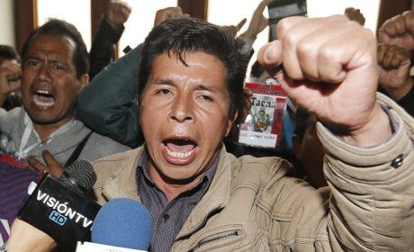 Manifestantes a favor de Pedro Castillo aterrorizan Lima portando machetes en la vía pública