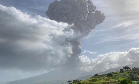 Ya comenzó: Solo los «vacunados» fueron autorizados a evacuar una isla con un volcán en erupción en el Caribe
