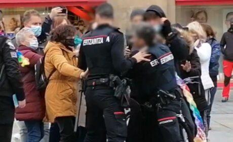«¡Libertad, Libertad!»: Mujer es arrestada por manifestarse contras las restricciones en España