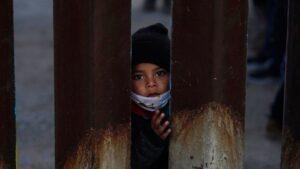 Horror en la frontera: traficantes de niños se benefician de las políticas migratorias de Biden (VIDEO)