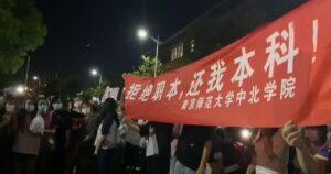 La Policía del régimen comunista chino reprimió violentamente a estudiantes que protestaban por la estatización de universidades privadas regionales