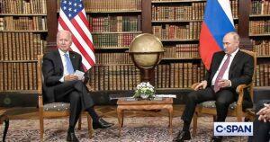 ¿Tarjetas memoria? Joe Biden lleva consigo anotaciones con letras grandes a la reunión con Putin