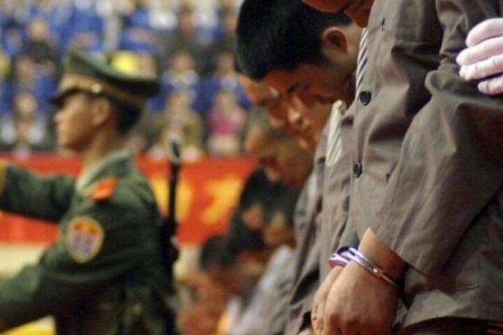 El régimen chino tortura en los genitales y rompe las extremidades con martillos, afirma un oficial desertor