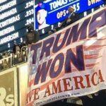 """""""Trump Ganó"""": Otra enorme pancarta es colgada en el partido de los Mets"""
