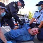 Miles de manifestantes australianos chocan con la policía en marchas por la libertad mientras se extiende el encierro de Covid-19 en Sydney