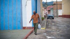 Langosta para los cubanos: la «gallina desplumada» de Stalin ante un pueblo que despertó
