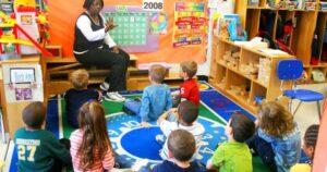 'El hombre blanco es el diablo': polémica por un nuevo libro difundido en escuelas de EE.UU.