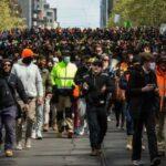 20.000 personas cerraron la autopista de Melbourne en una protesta masiva contra los encierros de COVID
