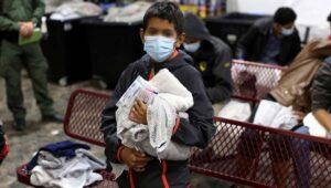 """El Gobierno de Biden ha """"perdido"""" el contacto con 45.000 niños que fueron traficados por la frontera"""