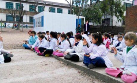 Escuela uruguaya enseña meditación a los niños para enfrentar bullying y violencia (Video)
