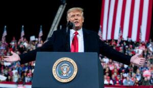 Trump leyó los resultados de la auditoría de Arizona en un multitudinario mitin en Georgia